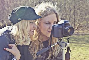 """Isabelle Pedersen och Louisa Thorselius under inspelningen av videon till låten """"Hejdå patriarkatet"""". Foto: Jezzica Sunmo."""