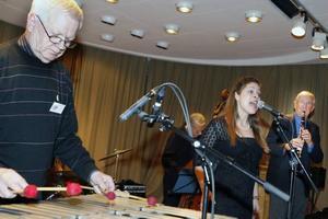 Lars Ädels kvintett med Madeleine Hall spelade i Hantverkarsalen.
