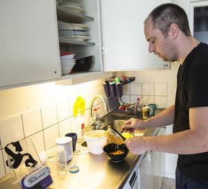 Pappa Jan-Åke Andersson gör i ordning Jennifers mat som sedan förs in via en slang direkt i magen.