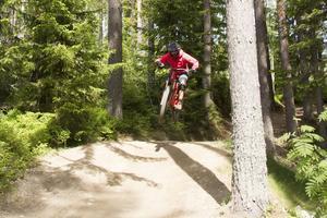 Hanna Jonsson visar hur man hoppar i guppen.