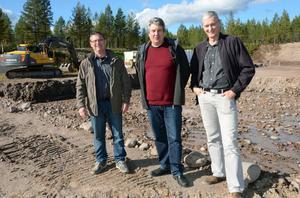 Luab:s ordförande Sven Isaksson, Hans Unander, Malung-Sälen kommun, samt Limatvättens vd Hans Andersson på byggplatsen där det nya industrihuset ska stå klart frampå vårvintern.