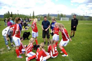 Funäsdalens flicklag, med flickor födda 2001-2003, har gjort en riktigt bra säsong. Att de får resa väldigt långt till matcherna har ingen inverkan på flickornas spelglädje.
