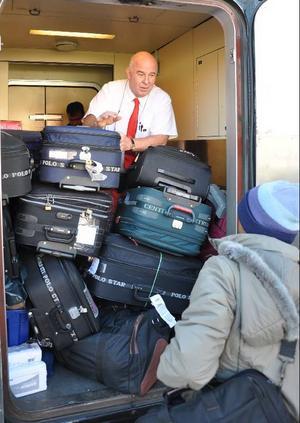 När det stod klart för tågmästaren Peter Haake, Brunflo, vilken desperat situation bärplockarna befann sig i hämtade han bullar och dryck från restaurangvagnen som han gav dem. I Gävle lastades 33 matportioner som SJ bjöd dem på.