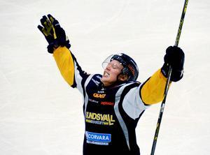 Sundsvall Hockey jublar efter ett av sina mål. Östersunds, Sundsvalls och Hudiksvalls matcher sänds redan av Mittmedia, som nu utökar sin satsning med ett hockeymagasin om just Allettan.