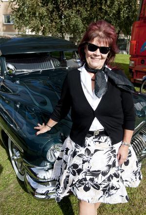 Marie-Louise Boström från Hyresgästföreningen gillar kläder, musik och bilar från 50- och 60-talet. Det är även ett populärt tema när det ska anordnas roliga fester.