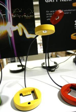 En läslampa som drivs av solceller finns med i sortimentet. För varje lampa som säljs skänker Ikea en likadan till Unicef.