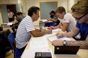 Läraren Anders Nyström som tidigare arbetade på Mittuniversitetet har lektion i matematik