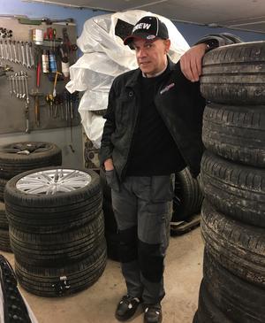 Micael Johansson tar väderomslagen med ro och uppmanar kunderna att låta snöbyarna gå över innan vinterdäcken åker av.