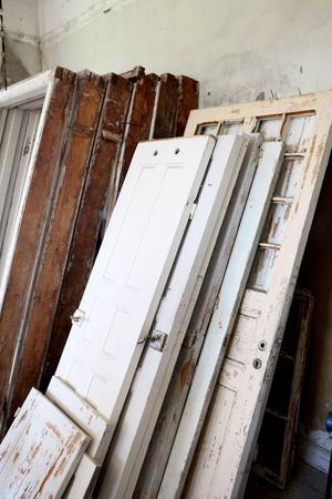 Många av de gamla slitna dörrarna som finns kvar kommer gå att använda igen efter att de setts över.