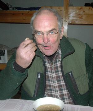 Kjell Lundin från Alfta fyllde 70 åt första älgjaktsdagen och firade med en tallrik ärtsoppa.