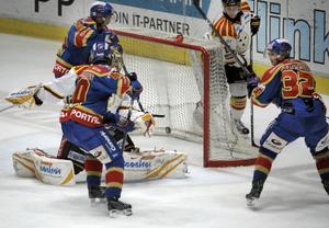 Djurgårdens Marcus Krüger (32) kvitterar till 1-1 i lördagens elitseriematch i ishockey mellan Djurgårdens IF och Brynäs IF på Hovet i Stockholm.
