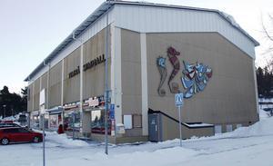 Kommunalrådet Stefan Dalin (S) väljer att inte nämna frågan om badhusets finansiering och vill i stället flytta diskussionen till de olika budgetförslagen, skriver debattförfattaren Lotta Borg, gruppledare för Timråpartiet.
