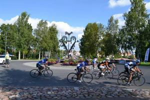 Tre gånger kom cyklisterna in för varvning runt Leksands enda rondell -