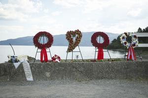 Offren för terrordådet på Utøya hedras med kransar. Bilden är från en ceremoni för fem år sedan.