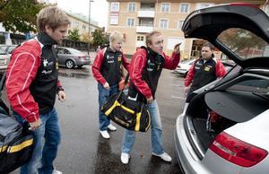Suif-trion Jon Persson, Viktor Brodd och Hampus Nordberg samt tränaren Peter Blomquist packar bilen inför jakten på att försvara SM-guldet.