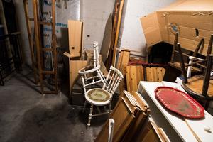 De boende i huset uppmanades att ta bort de saker som fanns i skyddsrummet, annars skulle de slängas. Än har ingenting hänt och alla saker står fortfarande kvar.