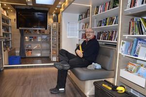 Mobibblan innehåller multimediasystem och mycket ny teknik. Bokbussförare Jan Åkerström är nöjd med sin nya arbetsmiljö.