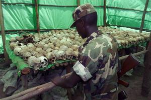 Många, många döda. Ingen skulle idag förneka att såväl hutu- som nazipropagandan var avgörande för utvecklingen som ledde till folkmord, skriver Jackie Jakubowski. (Bilden är från ett minnesmärke över dödade i Rwanda.)foto: scanpix