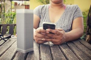 Bärbara högtalare kopplas via bluetooth till mobilen.   Foto: Shutterstock.com