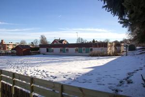 Planerna har varit att riva Bullerbyns förskola och bygga bostäder. Men nu vill bildningsnämnden ha kvar förskolan, åtminstone tills vidare.