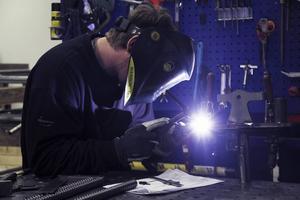 Dennis Olsson jobbar sedan några år som svetsare vid Metallprodukter. Han gjorde från början sin praktik vid företaget..