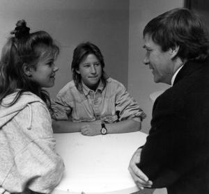 Dåvarande kommunalrådet slog sig ner i elevcafeterian och pratade med Hanna Håkansson och Benita Nordberg,