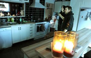 Familjen Bodin/Forsberg har klarat sig utan el sedan i måndags morse och får klara sig med värmeljus.