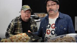 Kalle Moraeus hjälpte till bland grytor och grillar när han och grillmästerkocken Per Ehrlund bjöd mässbesökarna på allt från pizza till