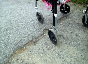 Ett helt onödigt, två meter långt, avbrott i asfalten. Ingen match för den som är ung och frisk men ett svåröverkomligt hinder för rullstolsburna och rullatorstödda.