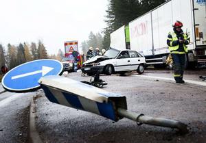 Två män skadades i en olycka mellan en långtradare och en personbil på E16 vid Norr Amsberg i oktober 2013.
