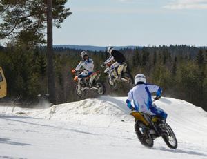 MC i slalombacken. Åkarna gav järnet både när de åkte mc och skidor.
