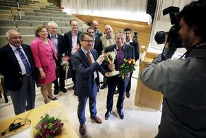 Kenneth Smedh tar emot prispucklan från socialminister Göran Hägglund.