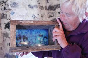 Sylvia Darnell skapar tittskåp av drivved och gamla brädbitar.