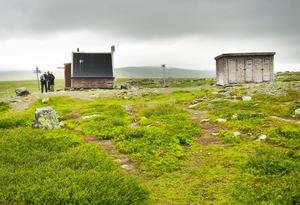 Familjen fick vila ut i Spåjmes vindskydd i väntan på bandvagnstransport.