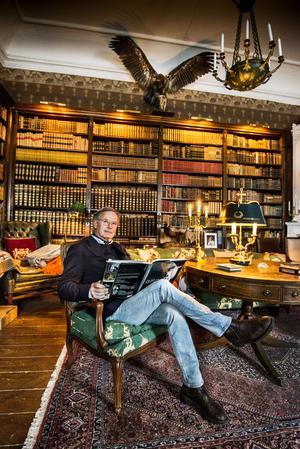 Det utländska biblioteket är ett av tre bibliotek på herrgården. Det finns också ett svenskt och ett med modern litteratur, som fylls på allt eftersom.