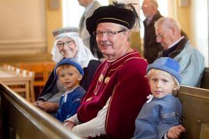 Ylva, Jonas, Kjell och Linus Holmgren besöker kyrkan för sången och musikens skull.