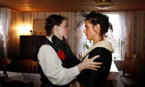 Linda Elaine Byman och Sara Edberg spelar två av rollerna i Det stora slaget, som hade premiär i lördags.