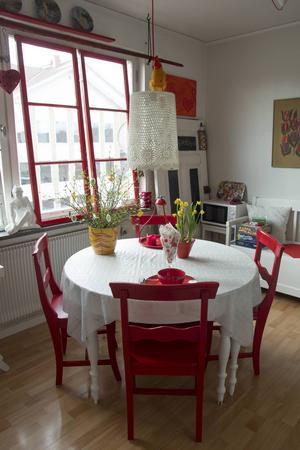Köket är fyllt med röda detaljer.