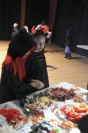 Viktoria och Ida valde omsorgsfullt ut det läskigaste och godaste godiset från kiosken.