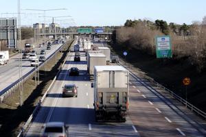 Konkurrenskraften försämras. Transporterna med lastbil är inte så billiga att de kan straff-beskattas, skriver debattörerna.foto: scanpix