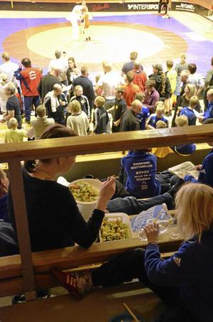 Överallt bland bänkarna togs lunchen fram medan matcherna fortsatte på mattorna. Bild: JAN WIJK
