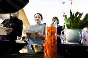 God mat. Lunchkön ringlade sig lång genom matsalen när skolans nya kök invigdes på torsdagen. Felicia Lang tyckte att maten var god.