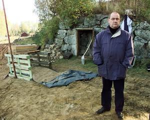 Christer van der Kwast vid en av platserna för utgrävningar under Quickutredningen.