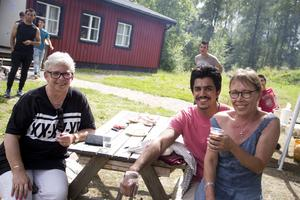 Eva-Lena Silva och Sussi Ax besökte Fliken och smakade på de olika maträtterna som serverades. Samer i röd tröja är praktikant som skräddare hos Sussis sömnadsföretag.