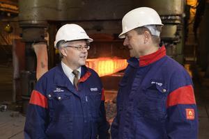 Tom Erixon samtalar med Sten Lyckström (vänster), chef för Ovakos stålverk i Hofors.