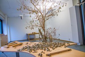 Över 300 kommunanställda lämnade 5000 kvadratmeter kommunhuslokaler för fler år sedan. En promenad genom lokalerna vid Rådhuset vittnar om snustorra krukväxter, glömda muggar och trasiga skrivbord.