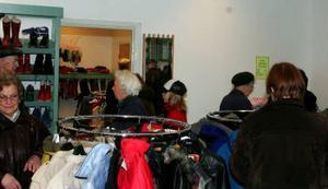 Mycket folk och trångt i butiken efter nyöppnandet under lördagen.