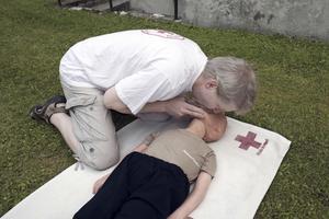 inblås. Var försiktig. Det är det som är skillnaden mellan livräddning för vuxna och barn, menar Tommy Jansson.