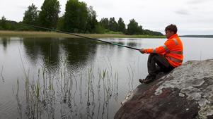 Härligt att som mamma att få följa med sonen ( Jimmy Karlsson) på fisketur – sonen satte sig på stenen och såg så fridfull funderande ut - blev dock inget napp.