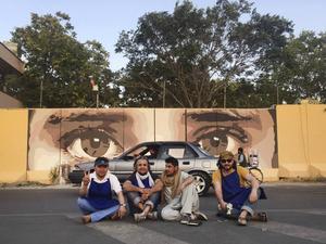 Några medlemmar av volontärorganisationen Art Lords som använder konst som ett verktyg för sociala reformer i Afghanistan.   Foto: Art Lords/TT